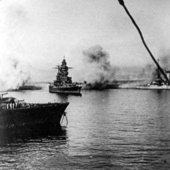 """""""Strasbourg"""" ostrzeliwany przez angielskie okręty podczas operacji """"Catapult""""."""