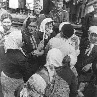 Dziewczęta żegnają się z rodzinami przed wyjazdem na roboty do Rzeszy. Już za moment wyruszą w nieznane, gdzie czeka je ciężki los (fot. Bundesarchiv, Bild 183-B19867, lic. CC-BY-SA 3.0)