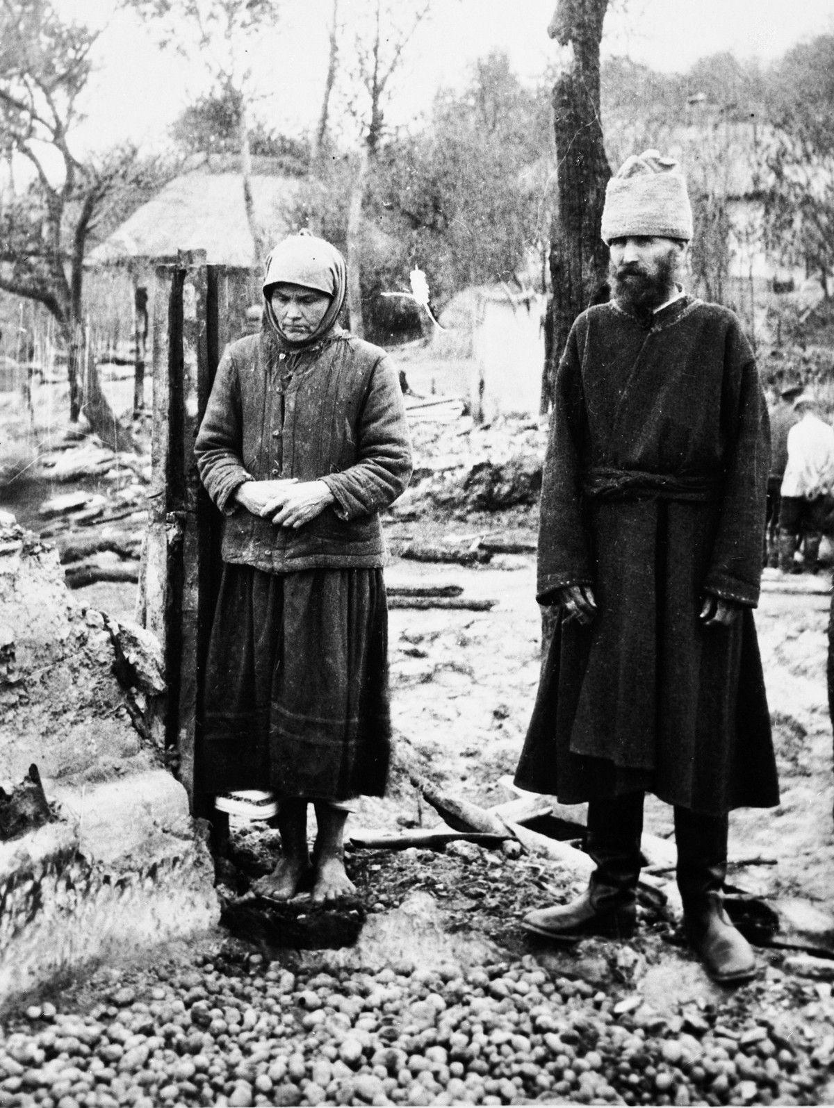 """Tylko w latach 1930-1933 ponad dwa miliony ukraińskich chłopów zostało zesłanych na Syberię. Zdjęcie z książki """"Czerwony Głód""""."""