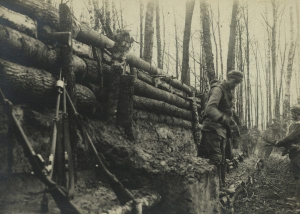 Legioniści w okopach pod Kostiuchnówką.