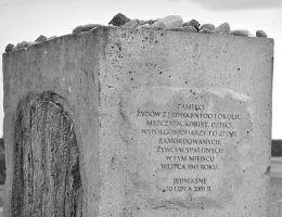 Fragment pomnika upamiętniającego pomordowanych Żydów z Jedwabnego. Czy w tej sprawie wciąż można mieć jakiekolwiek wątpliwości?