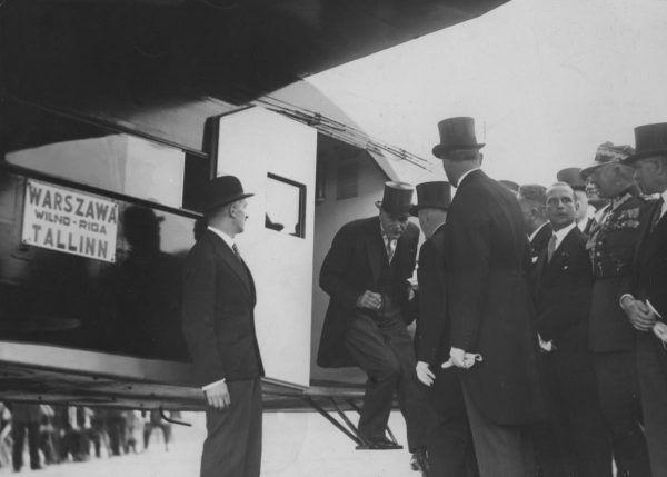 Ignacy Mościcki zwiedza samolot, który będzie obsługiwać nowo otwartą linię z Warszawy do Tallina. 1932 rok.
