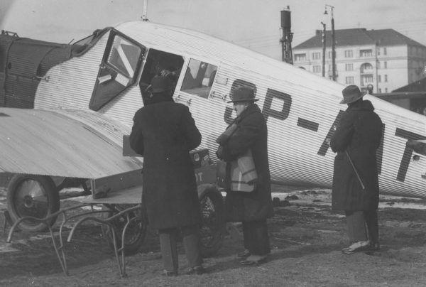 Pasażerowie przed startem samolotu z Poznania do Warszawy. 1931 rok.