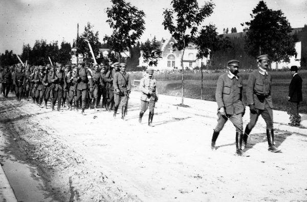 Piłsudski planował, że na czele strzelców będzie się ścigać z Prusakami o to kto pierwszy wkroczy do Warszawy. Na zdjęciu Józef Piłsudski i Kazimierz Sosnkowski na czele kolumny członków Związku Strzeleckiego podczas ćwiczeń (1913).