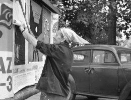 Plakaciarka przy pracy (fot. domena publiczna)
