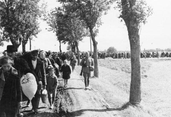 Polacy w czasie wojny nie mogli być pewni jutra. Hitler lub Salin w każdej chwili mogli zadecydować o wysiedleniu ich z ojczystych stron. Na zdjęciu Polacy wyrzuceni z Kraju Warty (fot. Bundesarchiv, R 49 Bild-0131, Wilhelm Holtfreter, lic. CC-BY-SA 3.0).
