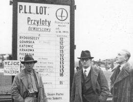 Pasażerowie stoją przed rozkładem lotów. Warszawa 1933 rok.