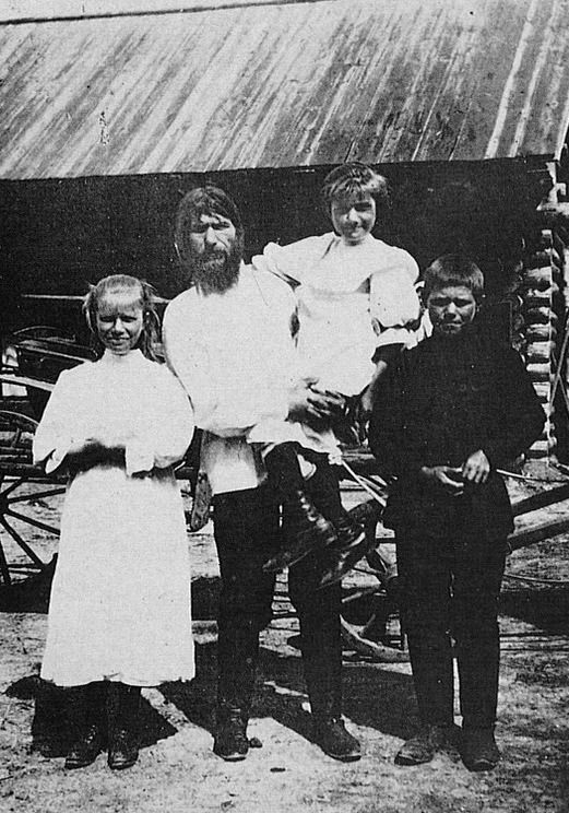 Rasputin uchodził za prawdziwego rosyjskiego Casanovę. Czyżby zgubił go właśnie pociąg do kobiet? Na zdjęciu z dziećmi.