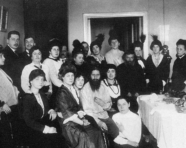 Wersji narodzin i życia Rasputina jest nie mniej niż w przypadku świętych... Na zdjęciu Rasputin z wyznawcami w 1914 roku.