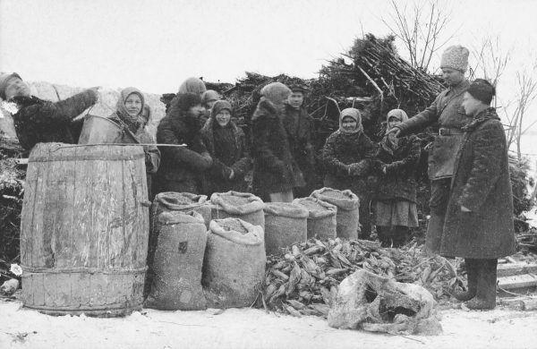 """W trakcie rewizji zabierano chłopom całą posiadaną żywność. Zdjęcie z książki """"Czerwony Głód""""."""