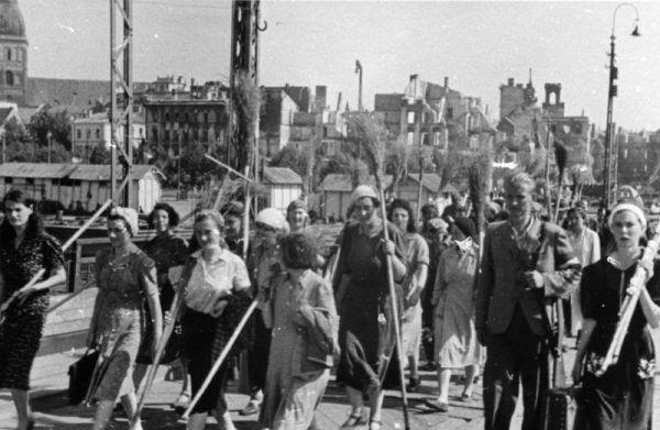 Robotnicy przymusowi (fot. Bundesarchiv, Bild 146-1994-090-06A, Dumm, lic. CC-BY-SA 3.0)