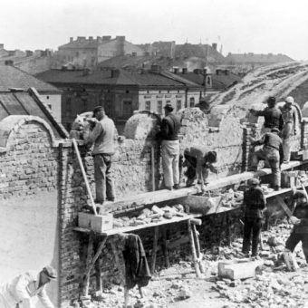 Robotnicy wznoszą mur krakowskiego getta (fot.Bundesarchiv Bild 183-L25516, lic. CCA SA 3.0)