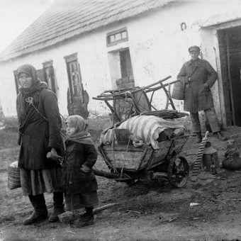 """Rodzina ukraińskich """"kułaków"""" w drodze na zesłanie. Zdjęcie z książki """"Czerwony Głód""""."""