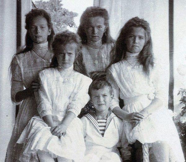 Leczenie przez Rasputina młodego carewicza z hemofilii do dziś pozostaje zagadką. Jednak to dzięki temu zyskał on przede wszystkim zaufanie carowej. Na zdjęciu dzieci Mikołaja II i Aleksandry Fiodorowny.