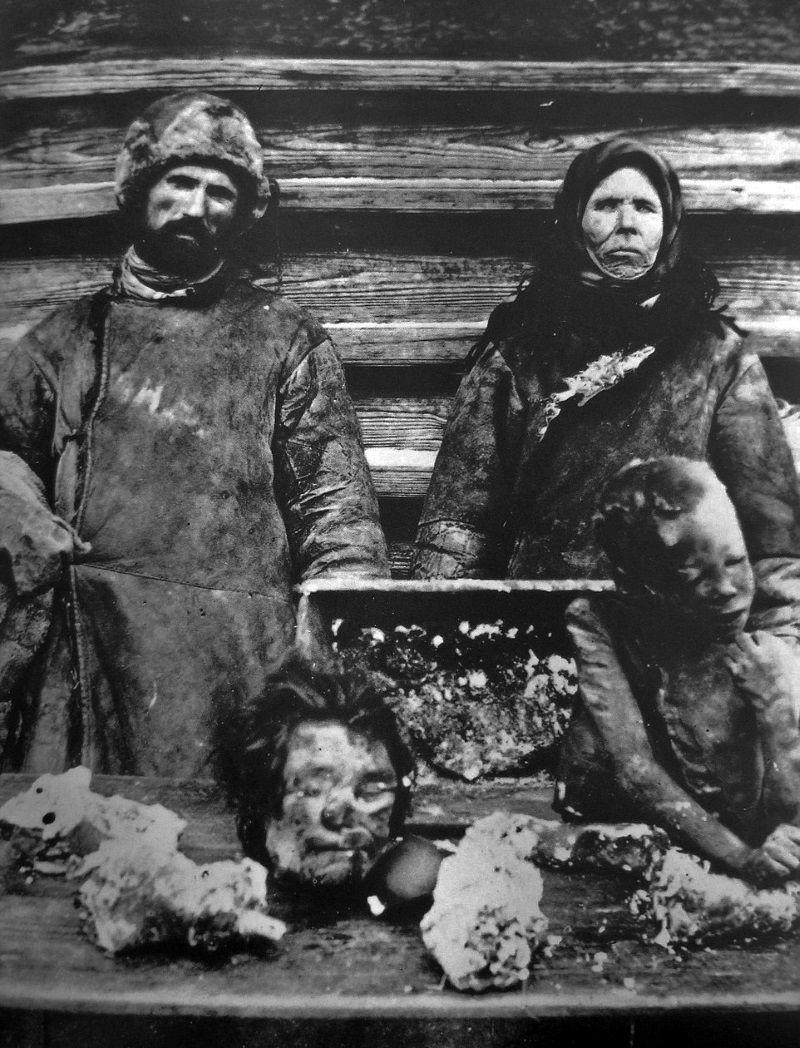 Oto do czego potrafi doprowadzić głód... Na zdjęciu Rosjanie sprzedający ludzkie mięso w czasie klęski głodu w 1921 roku.