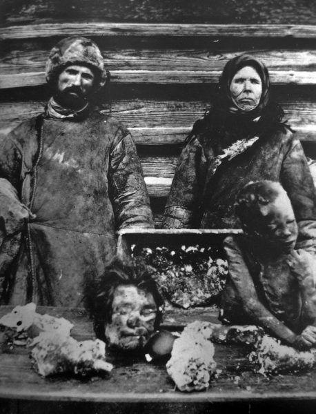 Rosjanie sprzedający ludzkie mięso w czasie klęski głodu 1921 roku. (fot. domena publiczna)