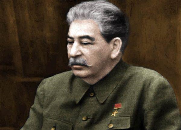 """Stary i schorowany Stalin na fotografii wykonanej cztery miesiące przed jego śmiercią. Zdjęcie z książki """"Stalin. Nowa biografia"""" (Znak Horyzont 2016). Koloryzacja: Rafał Kuzak."""
