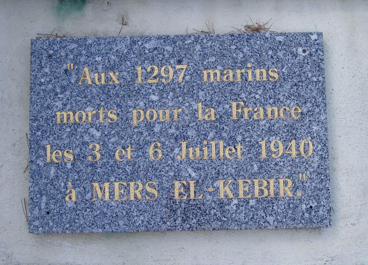 Tablica upamiętniająca 1297 francuskich marynarzy, którzy zginęli w Mers-el-Kebir.