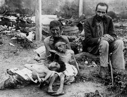 Umierająca z wycieńczenia rodzina w czasie klęski głodu na początku lat dwudziestych (fot. domena publiczna)