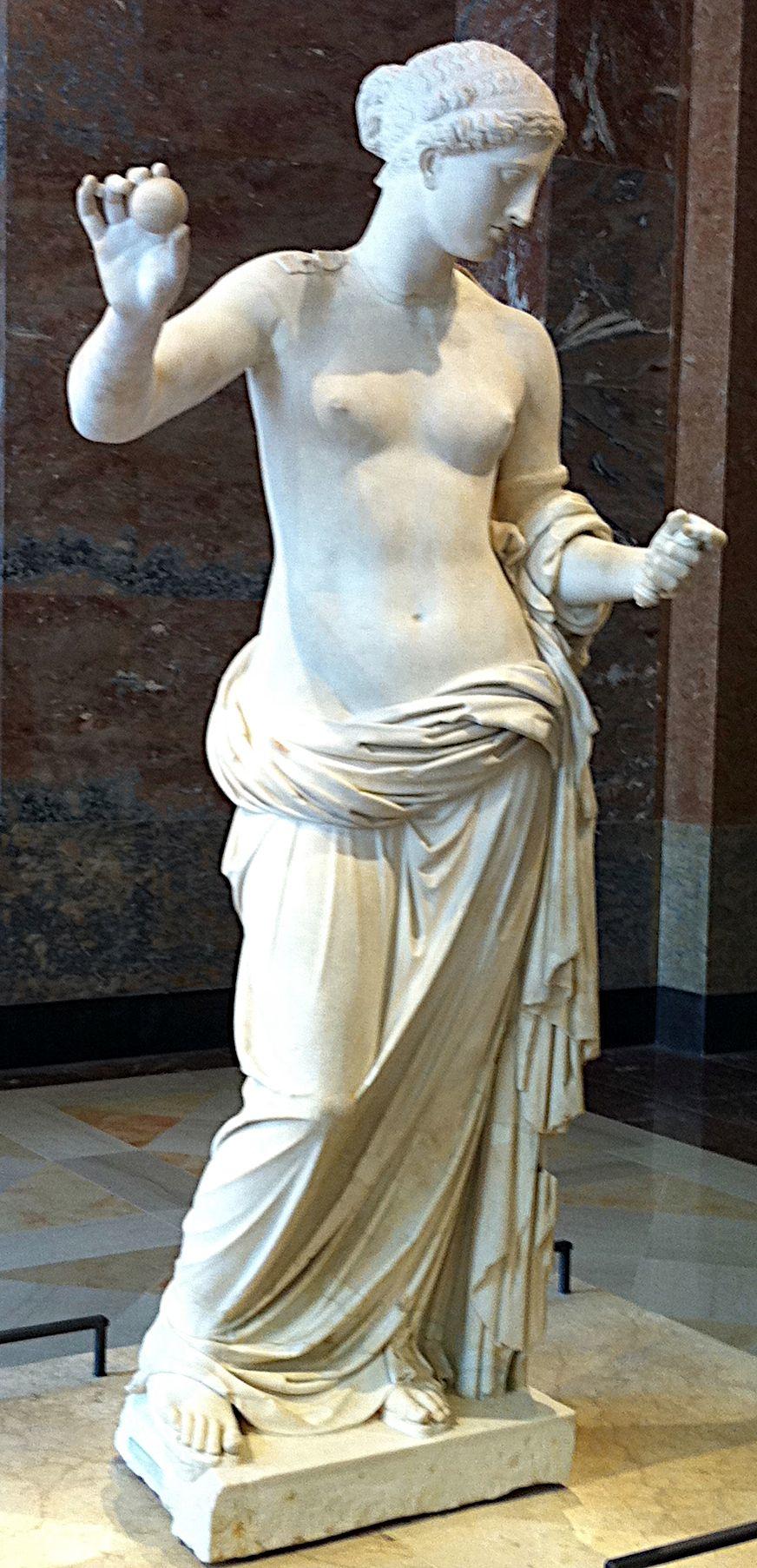 """""""Afrodyta z Arles"""", rzymska kopia """"Afrodyty tespijskiej"""", rzeźby Praksytelesa, do której prawdopodobnie pozowała Fryne, uznawana za najsłynniejsza heterę starożytnej Grecji."""
