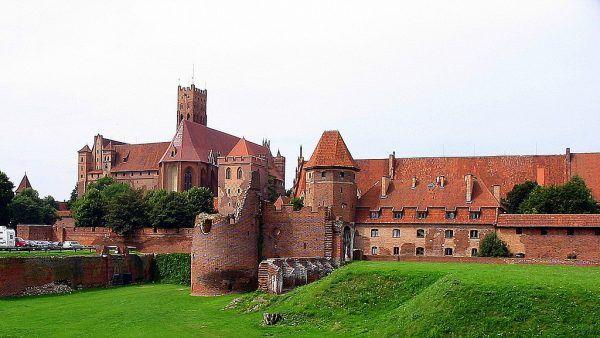 Krzyżakom wciąż było mało. Po zdławieniu pruskich powstań nastąpiła eskalacja ich zbrodniczych działań. W latach 1283-1325 wtargnęli aż 75 razy na Żmudź, Litwę i Ruś Czarną. Na ilustracji zamek w Malborku - siedziba zakonu do poł. XV wieku.