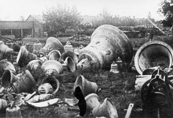 """Bolszewicy walczyli zaciekle nie tylko z """"kułakami"""" ale też Kościołem. Na zdjęciu zrzucone kościelne dzwony w Żytomierzu. Fotografia z książki """"Czerwony Głód""""."""