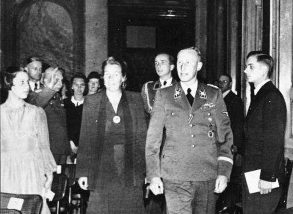 Lina Heydrich do śmierci Reinharda wiernie mu towarzyszyła.