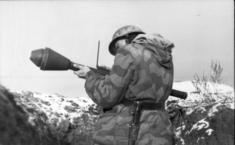 """Żołnierz z Panzerfaustem. Takie """"maleństwa"""" należące do """"Warty"""" spoczywały spokojnie na strychu Janiny (fot. Bundesarchiv, Bild 101I-709-0337A-10A Gronefeld, Gerhard, lic. CC-BY-SA 3.0)"""