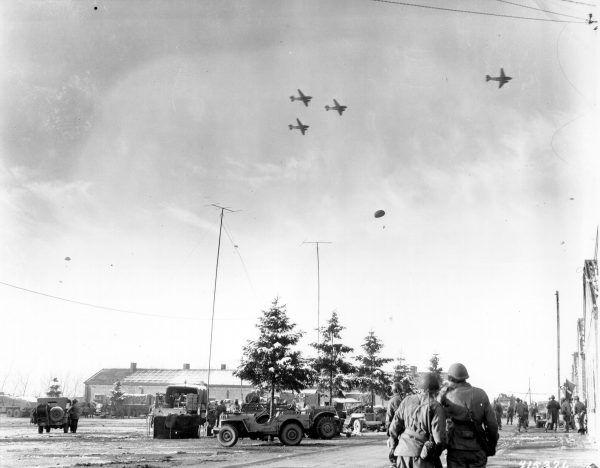 Żołnierze 101. Dywizji obserwują zrzut zapasów we Francji w 1944