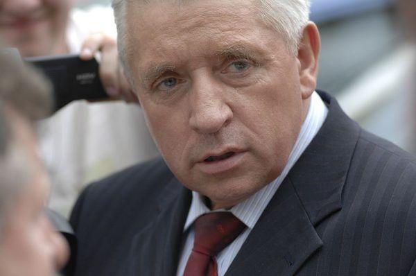 W polskiej polityce znanym przeciwnikiem etykiety był Andrzej Lepper.