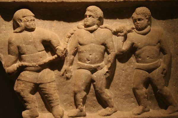 Niewolników starożytni Rzymianie najczęściej kupowali za granicą lub zdobywali w wyniku podbojów. Na ilustracji relief ze Smyrny (dzisiejsza Turcja) przedstawiający rzymskiego żołnierza prowadzącego jeńców w łańcuchach.