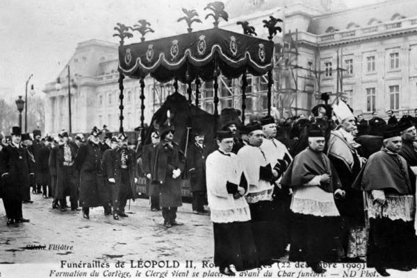 Leopold II zmarł w 1909 roku, a belgijska korona przeszła w ręce jego bratanka. Korowód pogrzebowy (na zdjęciu) z jego ciałem został wygwizdany przez tłum. Król panował 44 lata, najdłużej w historii Belgii.