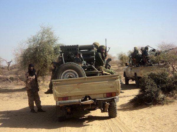 Tuaregowie nie znosili nad sobą żadnej zwierzchności. Dlatego wciąż wzniecali kolejne powstania. W 2015 roku pokonali ich islamscy fundamentaliści. Na zdjęciu dżihadyści z Al-Kaidy Islamskiego Maghrebu pod Timbuktu.