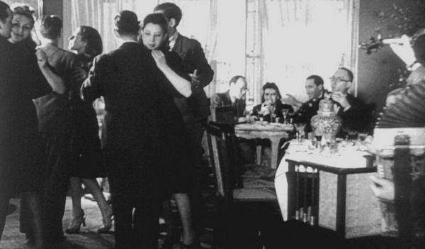 Zamożni, dobrze ubrani Żydzi, którzy bawią się w swoich domach i ucztują w restauracjach, nieczuli na ulicznych żebraków. Tak Niemcy przedstawiali życie w getcie, aby uzasadnić eksterminację narodu, który nie zasługuje na współczucie.