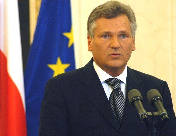 Tajemnicza niedyspozycja prawej goleni, na którą prezydent Kwaśniewski zapadł podczas obchodów rocznicy zbrodni katyńskiej, niepokojąco przypominała skutki nadmiernego spożycia napojów wyskokowych.