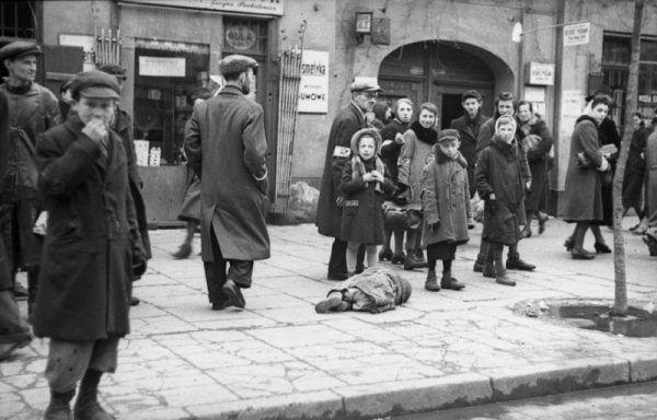 """Sceny z niemieckiego filmu powtarzano czasem kilkakrotnie. Jedzenie """"aktorom"""" fundowali sami Niemcy. Tylko po to, by pokazać naród żydowski jako jeden z najbardziej odrażających. Na zdjęciu mieszkańcy getta w 1941 roku (widoczna leżąca ofiara głodu)."""