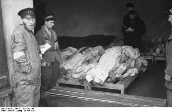 W latach 1940-1942 w warszawskim getcie, z powodu głodu, zimna i chorób, zmarło około 92 tysięcy osób.