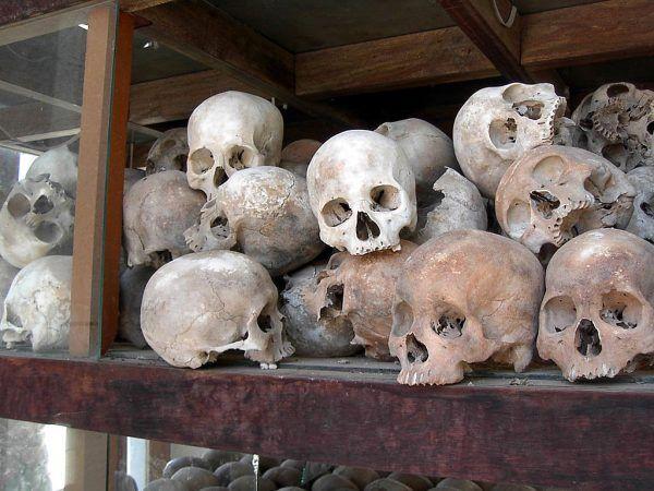 Czaszki ofiar krwawych rządów Czerwonych Khmerów.