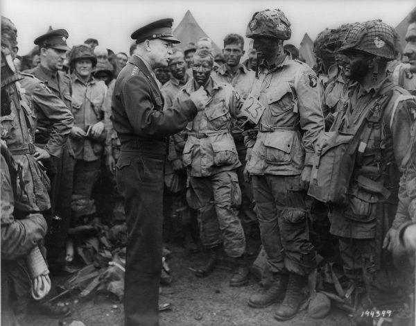 Generał Dwight D. Eisenhower rozmawia ze spadochroniarzami ze 101. Dywizji w przeddzień D-Day