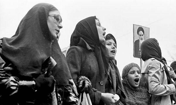 W ruch protestacyjny po stronie Chomejniego włączyły się także kobiety. Ostatecznie ajatollah obiecywał im swobodę i równość praw...