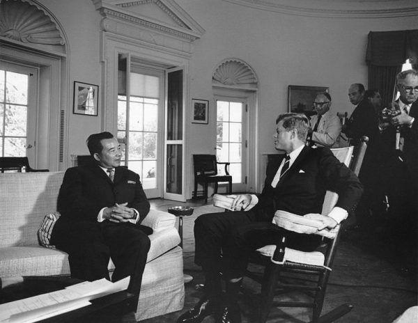 Ambasadorowi Janowi Wojciechowi Piekarskiemu pękły spodnie, gdy polskich dyplomatów odwiedził... premier Laosu, Souvanna Phouma (na zdjęciu z Johnem F. Kennedym).