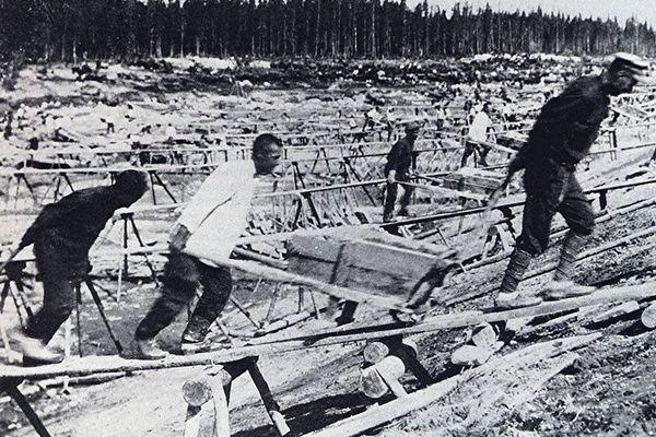 Budowa Kanału Białomorskiego. Według Sołżenicyna zginęło i zmarło przy niej nawet ćwierć miliona ofiar stalinowskiego terroru.