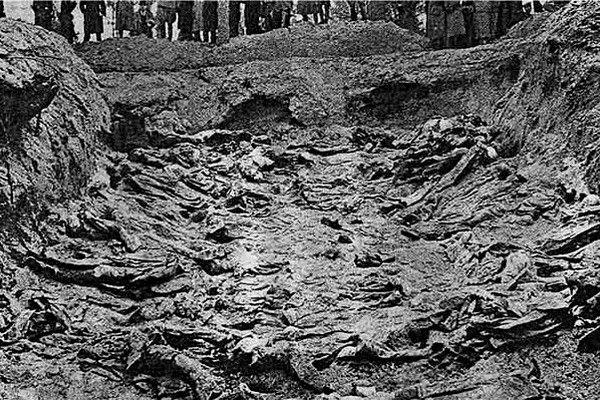 Masowy grób oficerów wymordowanych w Katyniu. Zdjęcie zrobione podczas ekshumacji w 1943 roku.