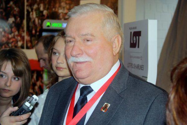 """Lech Wałęsa narzekał, że w łóżku w brytyjskim pałacu nie mógł znaleźć """"swojej Danuśki""""."""