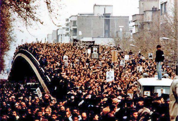 Masowe demonstracje, wyrażające zarówno poparcie, jak i sprzeciw wobec szacha, gromadziły na ulicach Teheranu setki tysięcy ludzi.
