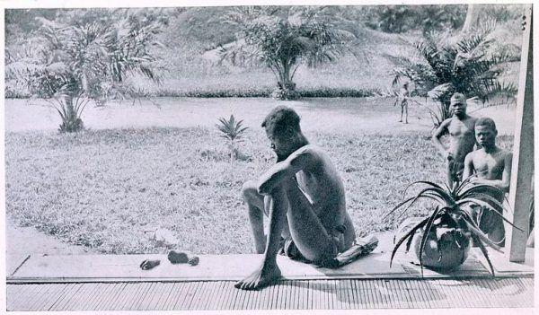 Kongijczyk patrzący na odciętą dłoń i stopę swojej pięcioletniej córki, zamordowanej przez angielsko-belgijską milicję w Kongu Belgijskim.