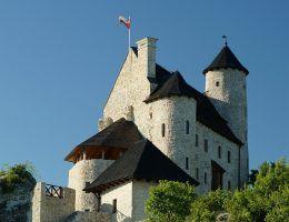 Odbudowany zamek Kazimierzowski w Bobolicach. Stan obecny. W przeciwieństwie do Bobolic po zamku w Żarnowcu przetrwały tylko zarysy fosy