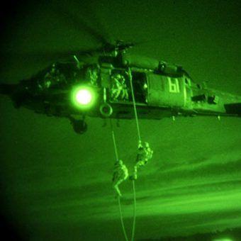 Operatorzy Delty w helikopterze MH-60 Black Hawk w Syrii w 2015 roku (fot. domena publiczna)