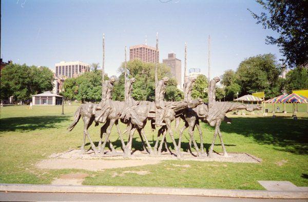 """Pomnik """"Partyzanci w Bostonie"""" autorstwa syna """"Perełki"""" i """"Kuli"""" Andrzeja (fot. Rob Glover, lic. CC BY-SA 2.0)"""