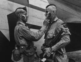 Spadochroniarze gdzieś w Anglii, czerwiec 1944